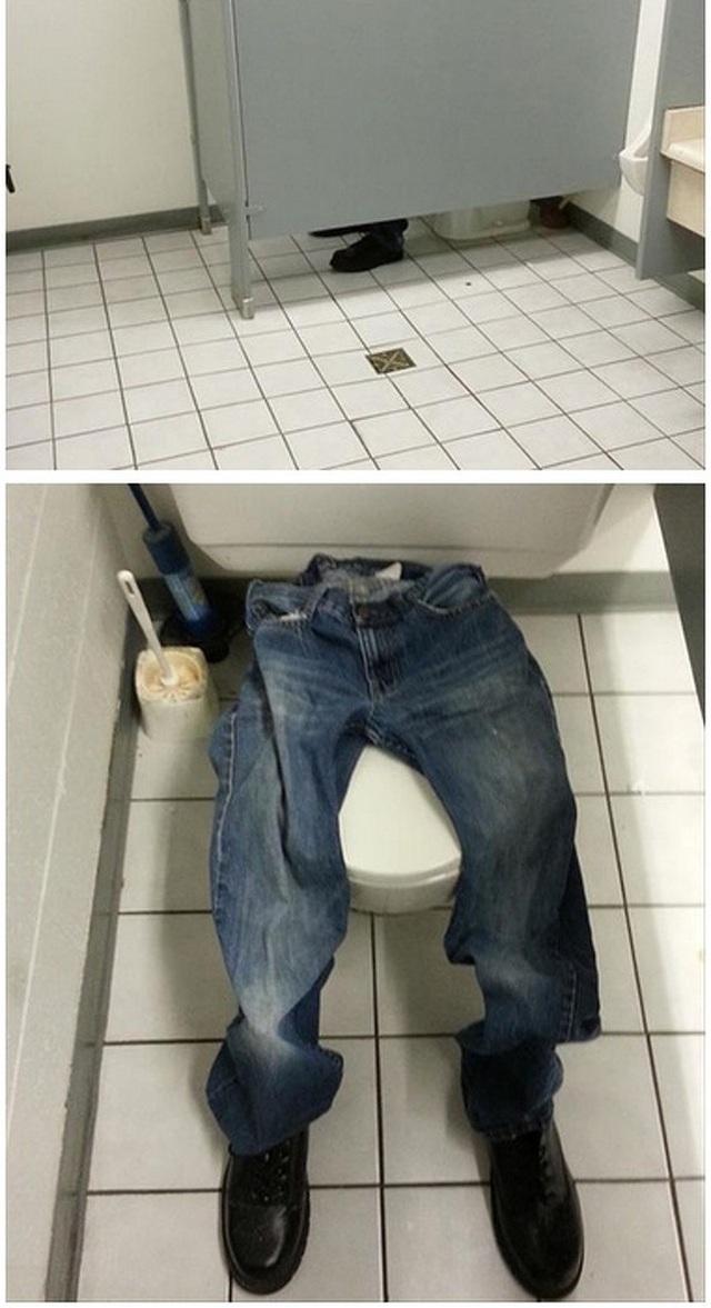 """""""Sau 6 tiếng thấy anh chàng này vẫn ngồi lỳ trong toilet, chúng tôi quyết định kiểm tra và… nhận được cú lừa ngoạn mục nhất trong đời mình!"""", một nhân viên văn phòng chia sẻ trên mạng xã hội."""