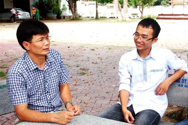 Tuấn Khang chia sẻ với thầy giáo về dự định tương lai của mình vẫn còn đó nhiều khó khăn và em sẽ cố gắng hơn nữa ở môi trường mới.