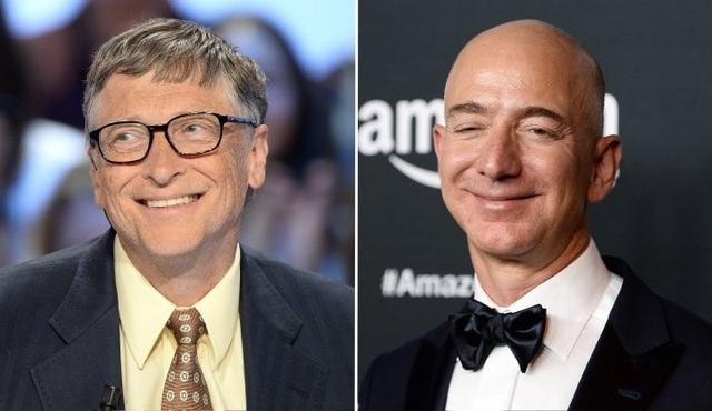 Năm 2017 chứng kiến một cuộc so kè dành cho ngôi vị tỷ phú giàu nhất thế giới giữa Bill Gates (trái) và Jeff Bezos. Tuy nhiên người chiến thắng sau cùng là CEO của Amazon.