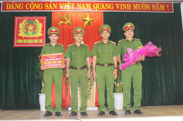 Công an TP Đà Nẵng trao thưởng nóng 10 triệu đồng đến lực lượng phá án của Công an quận Sơn Trà
