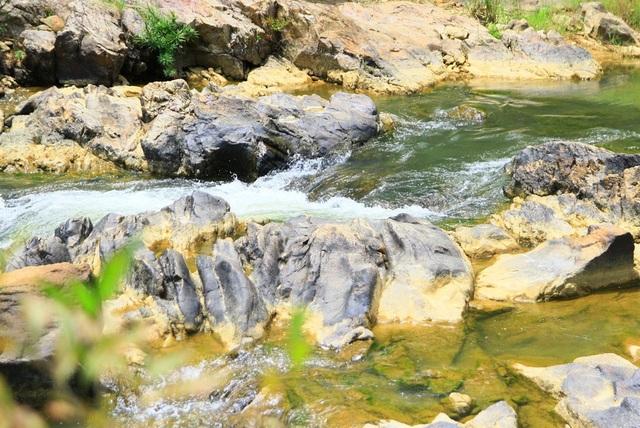 Suối trong vắt chảy qua các khe đá