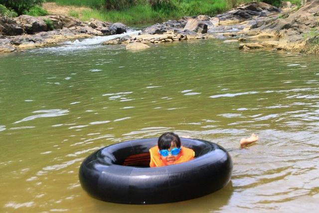 Các cháu bé vui đùa bên dòng suối