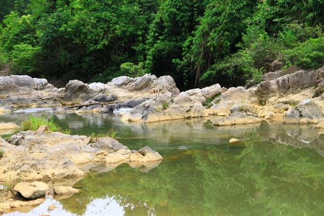 Gồm nhiều cụm suối xanh biếc và còn rất hoang sơ, suối Khe Đầy là một nơi cho các bạn trẻ thích khám phá