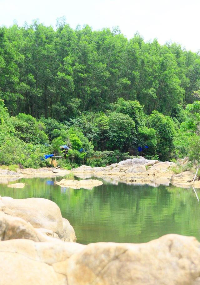 Đá, suối, cây xanh của núi rừng hòa quyện vào nhau