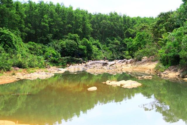 Suối được núi rừng bao quanh tạo màu xanh mát dễ chịu