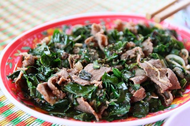 Món thịt bò xào lá lốt, lá sân hấp dẫn. Bò được nuôi tự nhiên trong rừng ở xã Bình Thành nên thịt rất ngọt