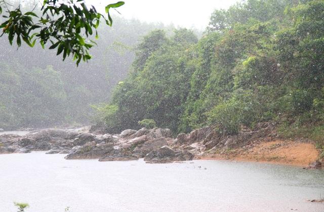 Một cơn mưa rừng làm trắng xóa cả dòng suối Khe Đầy, tạo nên khung cảnh cực kỳ hoang dã của núi rừng