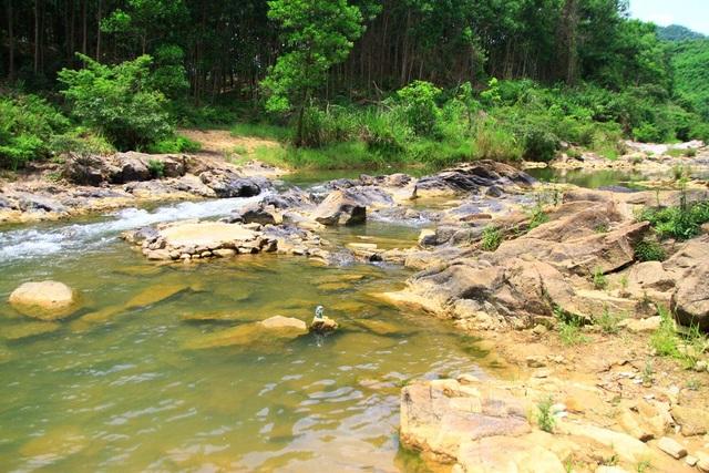 Dòng suối chảy qua nhiều đoạn tạo nên nhiều bờ bãi để tắm