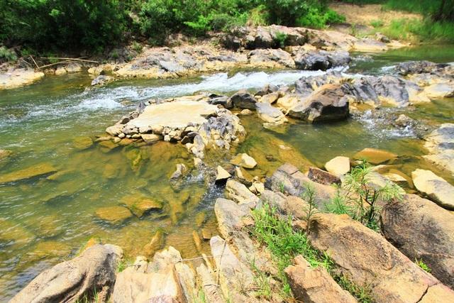 Phong cảnh đẹp ở suốt chiều dài con suối