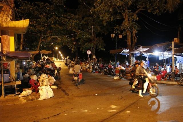 Đến khoảng 3 giờ sáng là thời điểm phiên chợ bắt đầu đông đúc và sầm uất nhất.