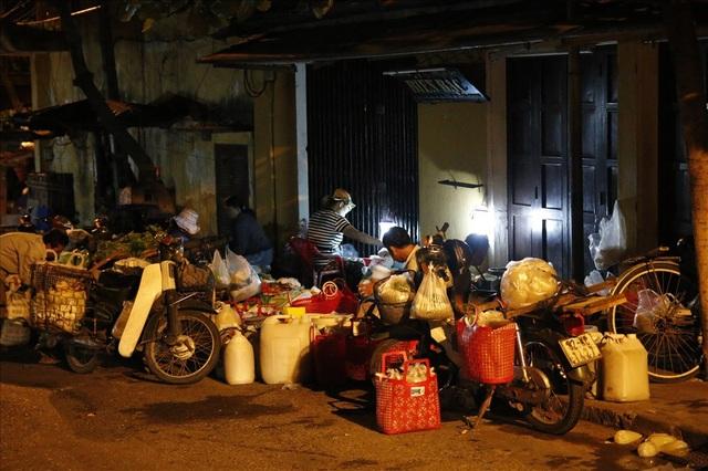 Chợ đầu mối Cẩm Nam, chuyên mua bán như rau xanh, hến, bắp nếp, tôm cá, củ quả.
