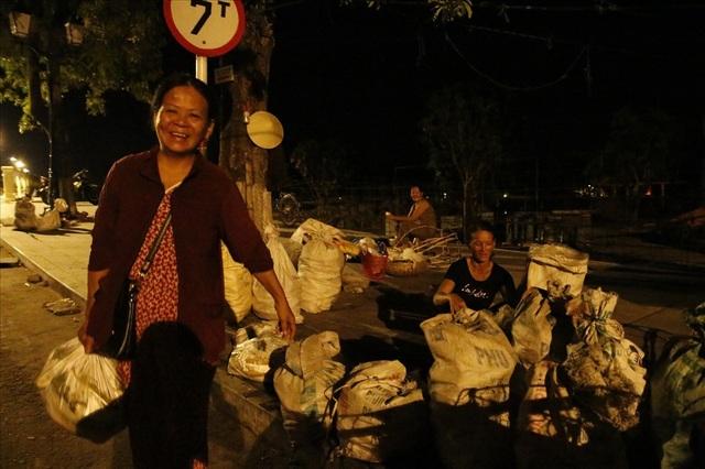 Bắp được bỏ vào bao lớn để bán cho các lái buôn đưa đến các chợ ở Quảng Nam và TP Đà Nẵng.
