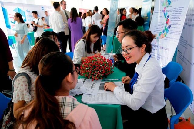 Gần 2.500 việc làm cho SV Đông Á (Đà Nẵng) ngay trước thềm tốt nghiệp đại học, cao đẳng được kết nối với 34 doanh nghiệp. (Trong ảnh: đại diện doanh nghiệp phỏng vấn, nhận hồ sơ của sinh viên)
