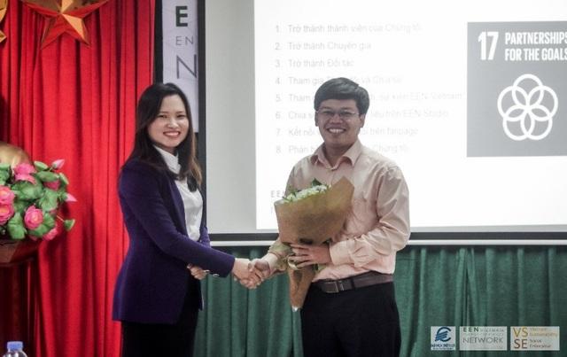 Đại diện Mạng lưới Hiệu Quả Năng lượng Việt Nam – Ks. Trần Thị Thu Phương (bên trái) tặng hoa chào mừng Khoa Quản lý công nghiệp và năng lượng Trường ĐH Điện lực