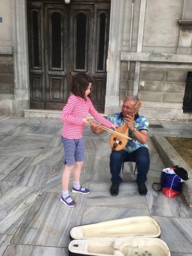 Du lịch đã giúp cô bé tự kỉ hòa nhập cộng đồng - 7