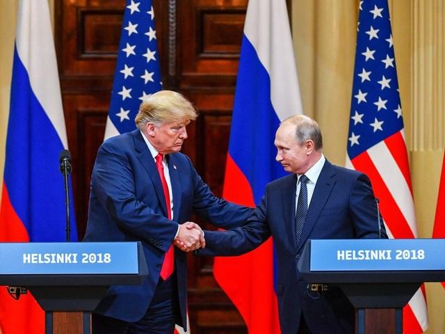 Tổng thống Trump và Tổng thống Putin bắt tay tại hội nghị thượng đỉnh ở Phần Lan ngày 16/7 (Ảnh: Reuters)