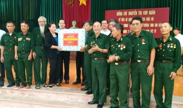 Chủ tịch Quốc hội Nguyễn Thị Kim Ngân tặng quà thương binh tại Trung tâm điều dưỡng thương binh Kim Bảng (huyện Kim Bảng, Hà Nam).