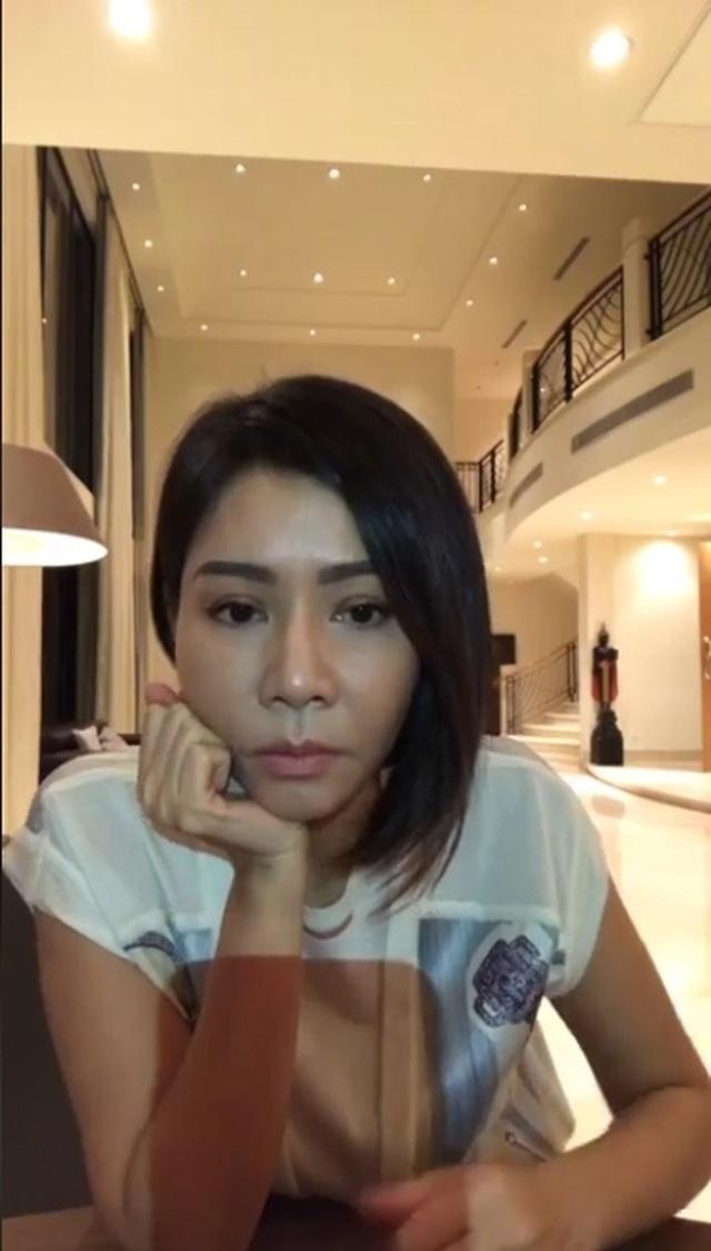 Và mới đây nhất, khi livestream trò chuyện về nỗi lòng của người mẹ sau khi sinh con trai, Thu Minh đã khiến mình phải đối mặt với nghi án phẫu thuật thẩm mỹ vì chiếc mũi cao, thon gọn khác thường. Bên cạnh đó cũng có luồng khán giả cho rằng, đó là công nghệ make-up và ánh đèn chiếu khi livestream.