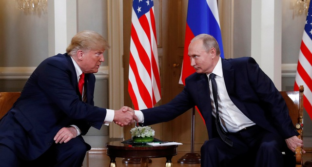 Tổng thống Trump bắt tay Tổng thống Putin tại Phần Lan (Ảnh: Reuters) ỹ -
