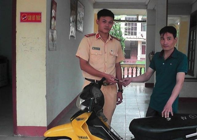 Chiến sĩ Đội CSGT huyện Yên Thành bàn giao chiếc xe cho anh Hòa.