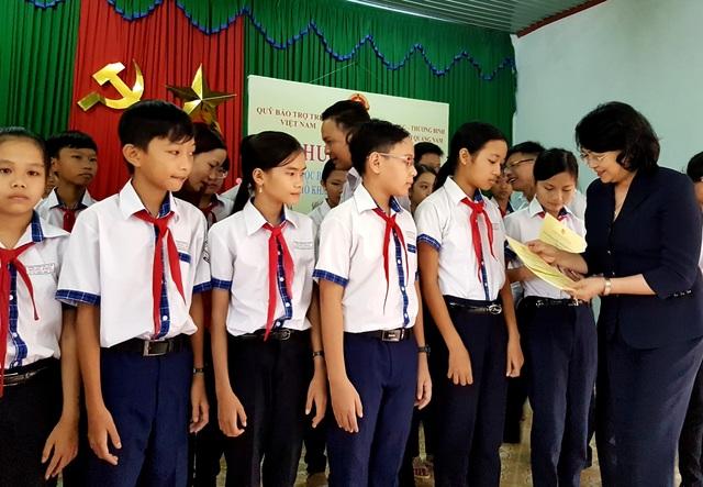 Phó Chủ tịch nước Đặng Thị Ngọc Thịnh trao quà đến các em học sinh Quế Sơn
