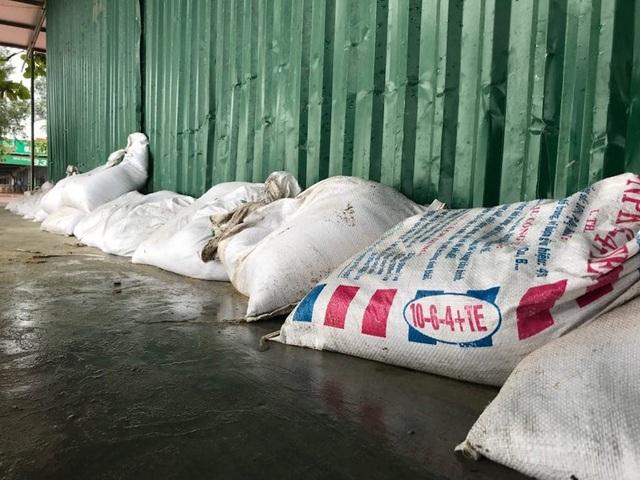 Những bao tải cát được để che chắn trước các ki ốt.
