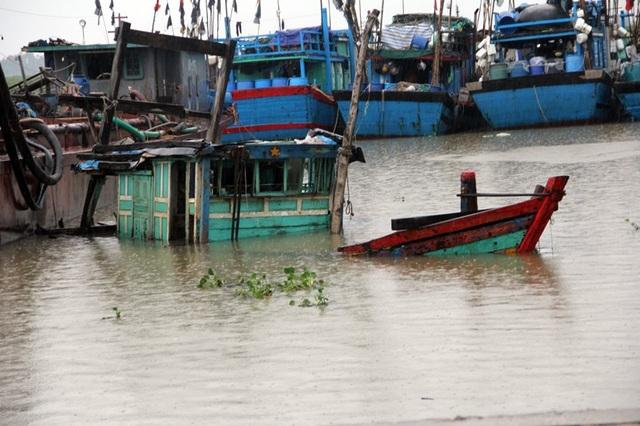 Một số ngư dân chọn phương án nhấn chìm tàu thuyền nhỏ trước bão. Trong ảnh là một phương tiện đang được nhấn chìm trốn bão số 3.
