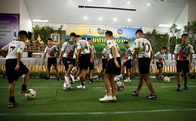 Các cầu thủ Lợn Rừng chơi bóng trên sân khấu họp báo. (Ảnh: Reuters)