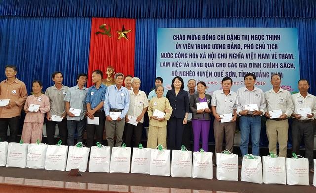 Phó Chủ tịch nước Đặng Thị Ngọc Thịnh trao quà đến các gia đình chính sách, khó khăn của huyện Quế Sơn