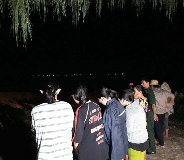 Trời mưa, sóng lớn và đêm tối khiến cho việc tìm kiếm nạn nhân còn lại gặp nhiều khó khăn.