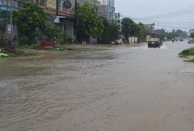 Mưa lớn khiến nhiều tuyến đường tại thành phố Sầm Sơn bị ngập