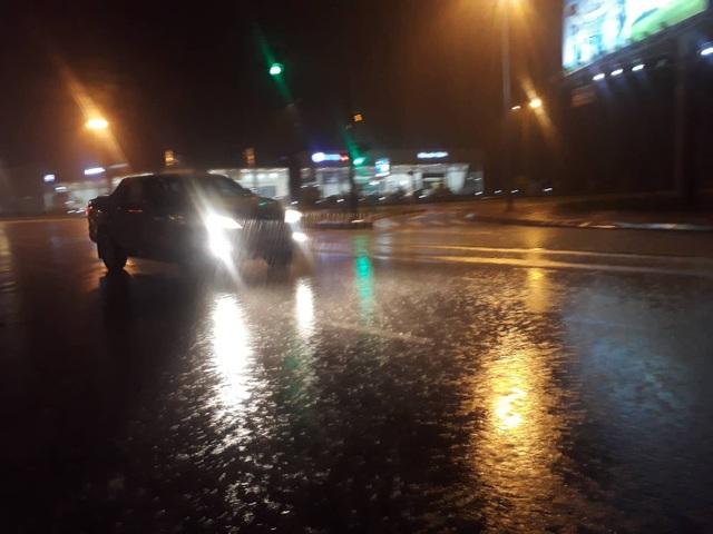 TP Vinh lúc 21h mưa khá lớn, gió mạnh, đường phố vắng bóng người. (Ảnh: Hoàng Lam)