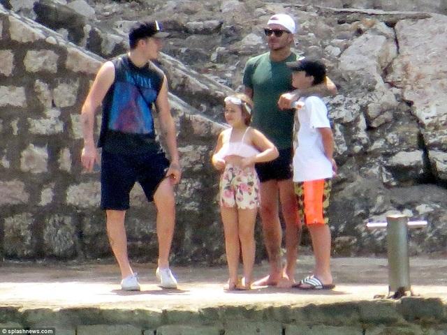 Cựu danh thủ Anh và ba con cưng của mình. David nổi tiếng khéo chăm lo cho con cái và thường xuyên hỗ trợ việc nhà cho vợ.