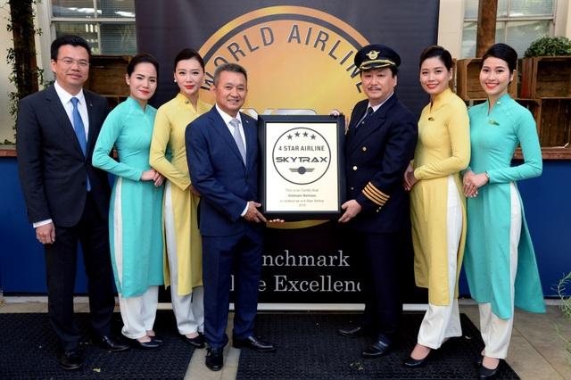 Ông Dương Trí Thành - Tổng Giám đốc Vietnam Airlines và đội ngũ phi công, tiếp viên đón nhận chứng chỉ hãng hàng không quốc tế 4 sao do Skytrax trao tặng hôm 17/7