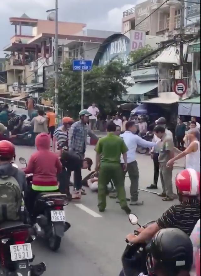 Công an vây bắt khi 2 tên cướp tháo chạy ra đường và cướp xe máy của người dân để tẩu thoát