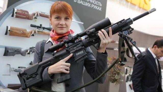 Maria Butina rất yêu thích súng đạn cho ảnh hưởng từ cha khi còn nhỏ. (Ảnh: Facebook)