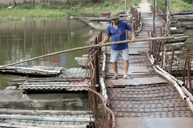 Cây cầu này mặc dù được chủ cầu duy tu, nhưng cũng rất tạm bợ.