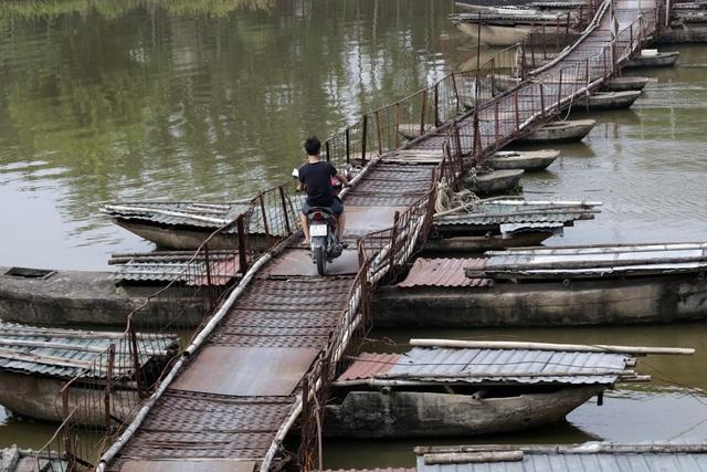 Hiện cây cầu ngày càng già cỗi, rệu rã trong khi lượng phương tiện tăng lên và kèm theo nhiều loại hàng hóa. Người dân cho biết đã có những vụ tai nạn chết đuối do cây cầu ọp ẹp không đủ an toàn.