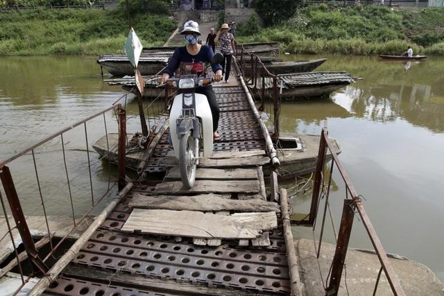 Cầu dài 50-60 mét, chiều rộng khoảng 1 mét được bắc trên những chiếc thuyền bê-tông thô sơ.
