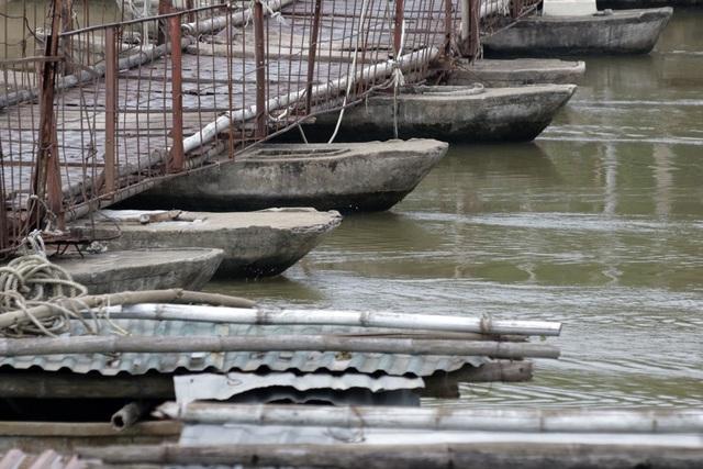Được xây dựng từ những năm 70, chủ cầu dựng cầu bằng thuyền bê-tông và tấm đan thép. Đến mùa nước nổi chủ cầu lại phải nối thêm thuyền để người dân qua lại.