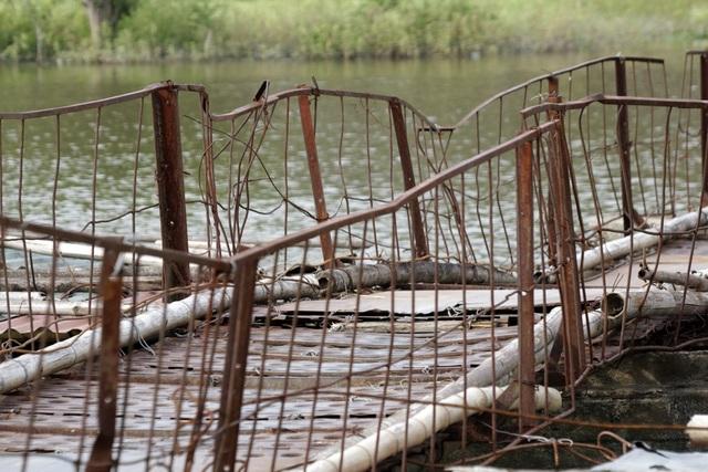 Những tấm thép được người dân tự lắp ghép thô sơ, lan can mỏng manh, trong khi mùa mưa bão đã bắt đầu, nước sông sẽ còn dâng cao.