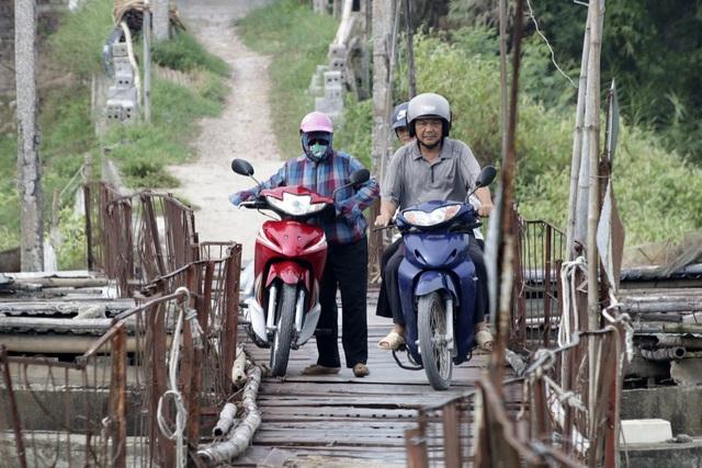 Chiều ngang cầu hẹp, việc tránh xe trên cầu khó khăn trong khi lan can ọp ẹp mỏng manh rất nguy hiểm.