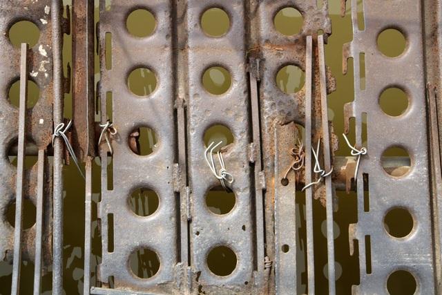 Sàn cầu được chằng buộc từ những tấm thép như thế này và không hề có ốc vít để liên kết.