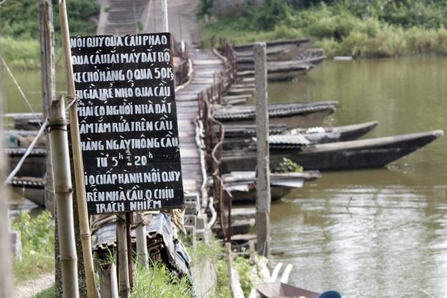 Dù chiếc cầu phao mỏng manh và tiềm ẩn nguy hiểm song vẫn được người dân lựa chọn, nếu không sẽ phải đi vòng xa 7km.