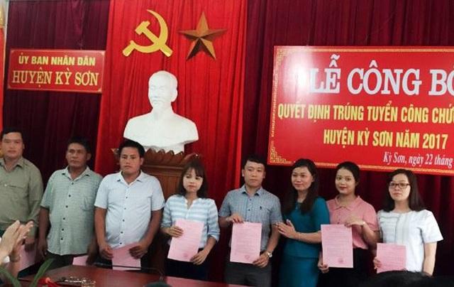 Trao quyết định tuyển dụng cho các thí sinh trúng tuyển công chức huyện Kỳ Sơn năm 2017 (ảnh Nghean.gov)