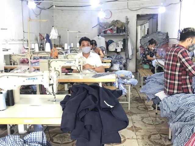 Các xưởng may mặc nhỏ đang phải cạnh tranh khốc liệt với hàng dư thừa của Trung Quốc tràn sang. (Ảnh minh hoạ)