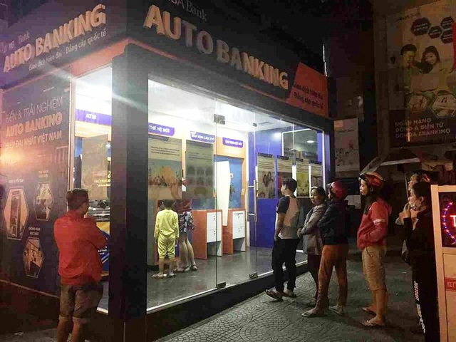 Khách hàng sử dụng thẻ ATM cần tuân thủ các quy định bảo mật thẻ để tránh những rủi ro không đáng có.