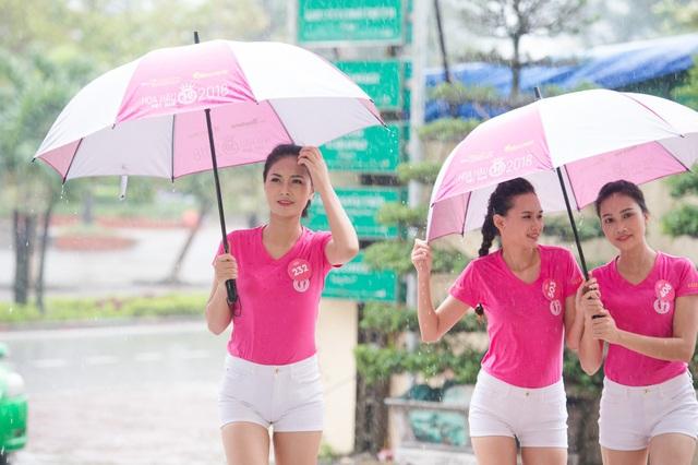 Các thí sinh rất vất vả trong việc tập luyện ngoài trời do trời mưa quá lớn.