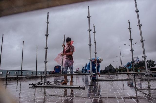 Thí sinh Hoa hậu Việt Nam ở Nghệ An vẫn tập luyện dù mưa bão - 3