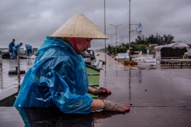 Thí sinh Hoa hậu Việt Nam ở Nghệ An vẫn tập luyện dù mưa bão - 1